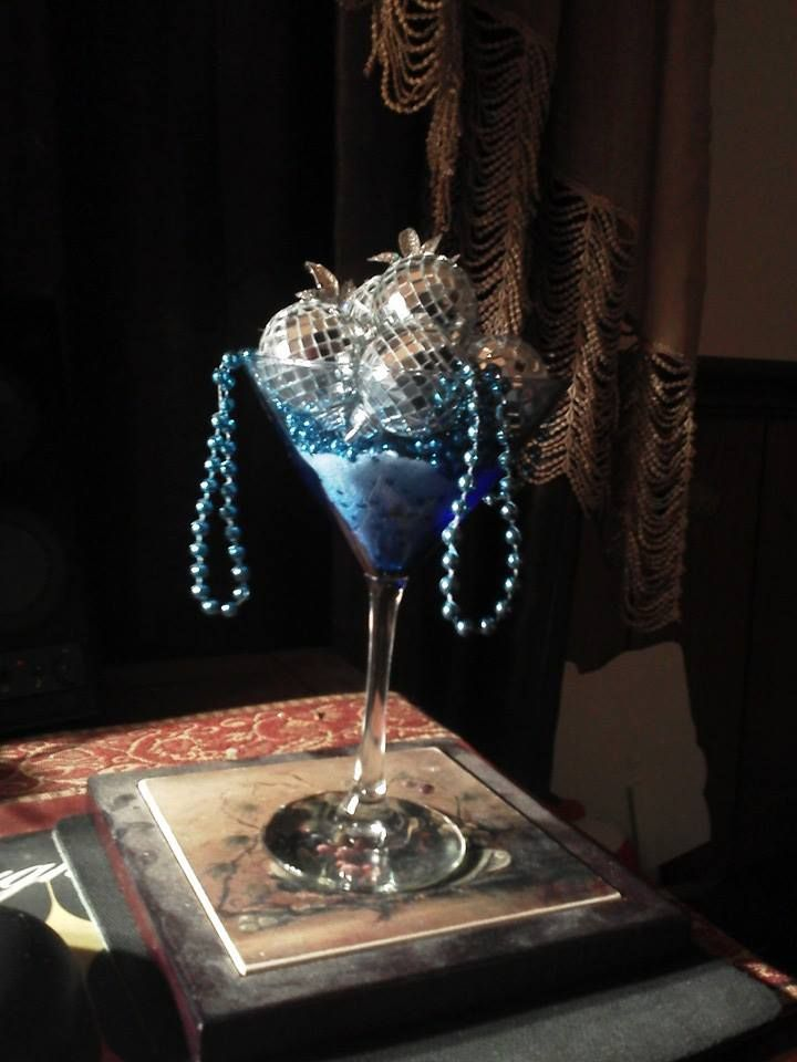 What a great decorative martini glass for christmas table