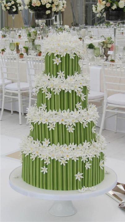 Das wäre meine Traum - Hochzeits - Torte gefüllt mit Vanille, Marzipan, Schokolade oder Nougat ... hmmm...