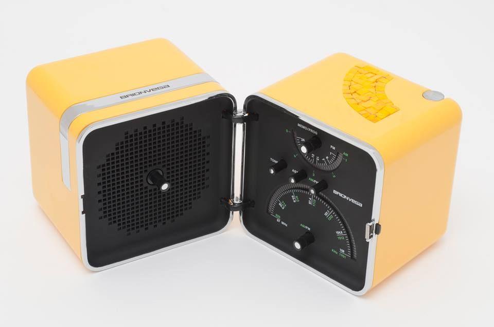 La rivoluzionaria #Radio_Cubo #Brionvega  di Zanuso-Sapper. Formata da due scocche richiudibili.