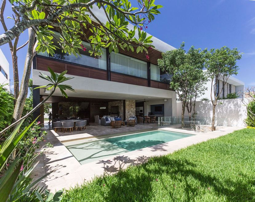 This beautiful house, with open spaces and full of light, was designed by the architectural firm R79 in the city of Mérida, Mexico in the year 2016. Set on a piece of land in one of the most exclusive areas of the city, this project took advantage of the uneven terrain to create, underground, a relaxation area and games zone that serve as escape and which are accessed by stairs..