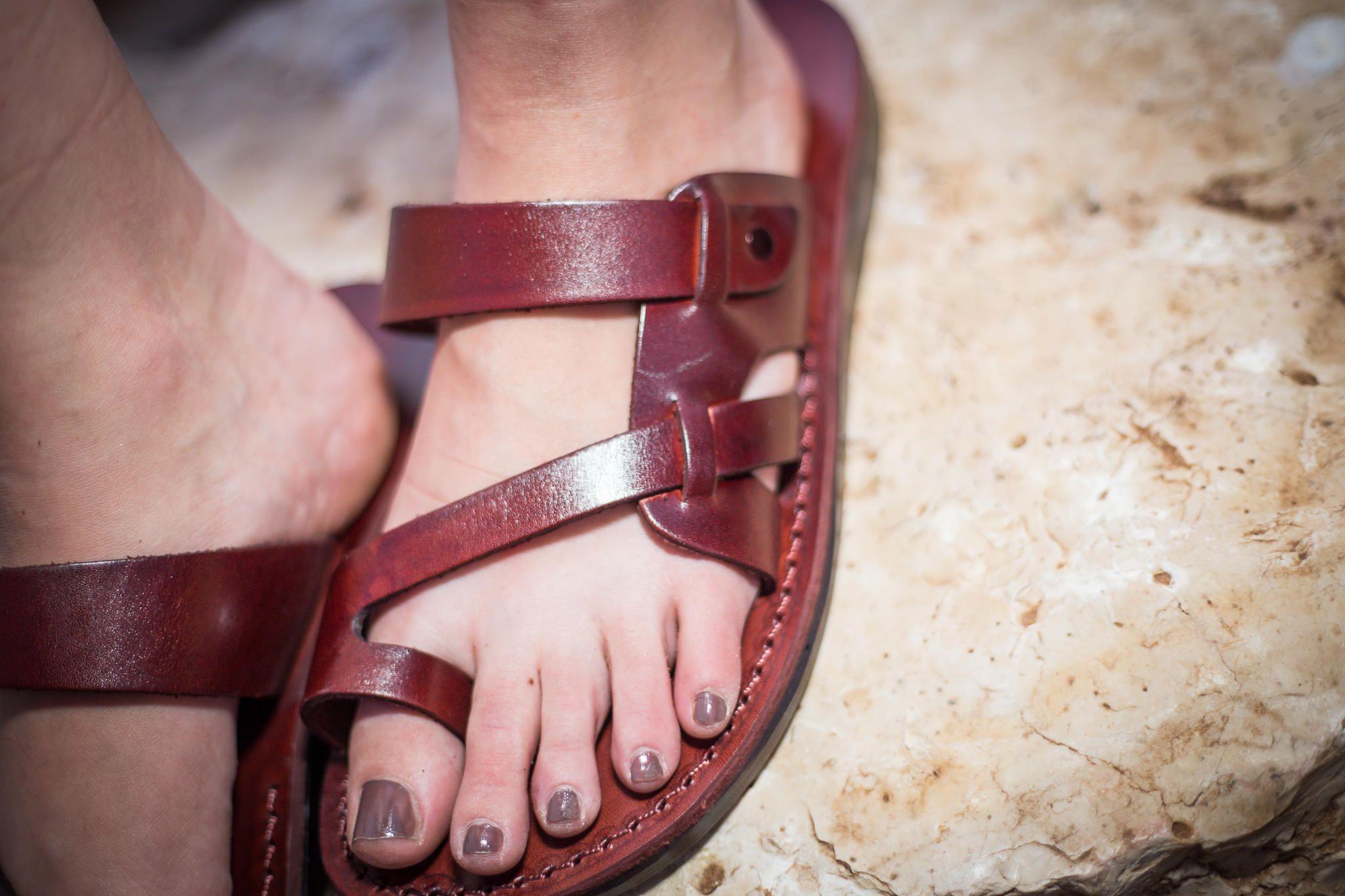 1089b0a068b2 Nouvelles sandales en cuir faites main pour Hommes Femmes Tongs Claquettes  Concepteur de chaussures