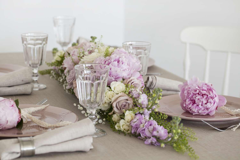 Roser Og Peoner I Rosa Pa Konfirmasjonsbordet Pynt Blomster Bryllup