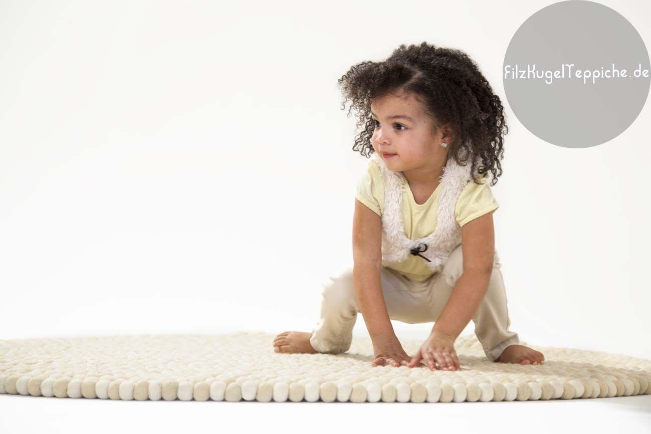 Un tapis de boules couleur blanc-cassé : entre douceur, originalité et élégance, nous n'avons pas choisi avec le tapis Shirisha. Sans colorants, 100% laine, c'est aussi un tapis éco-responsable. Pour en savoir plus : http://www.sukhi.fr/rond-shirisha-tapis-de-boules.html