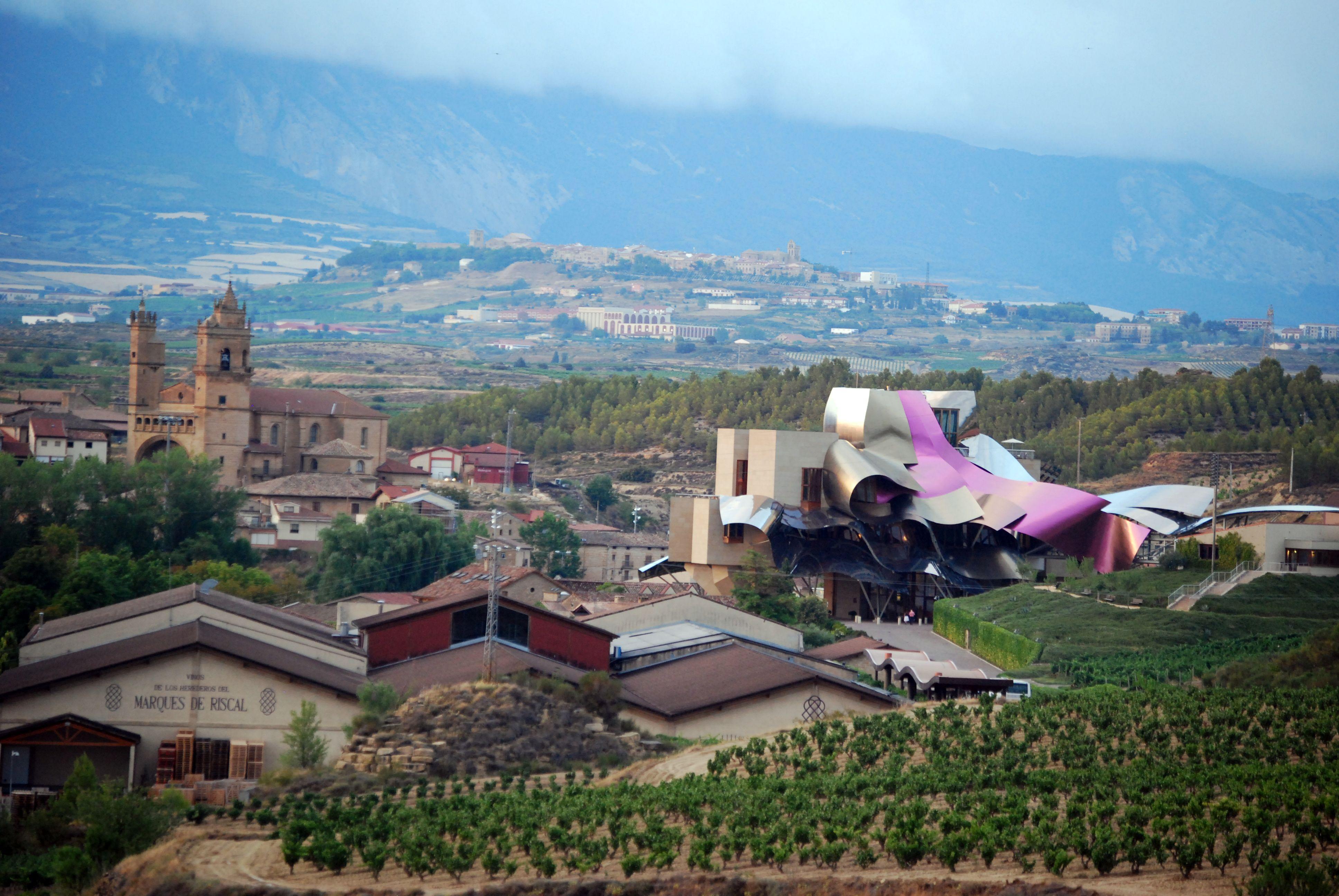 Modernidad y tradición pero, siempre, constante, los viñedos (y, al fondo, Laguardia, medieval y actual). La Rioja, julio 2012