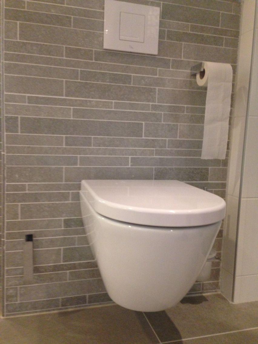 Deze ruwe leistenen tegels zien er ook mooi uit bij het toilet ...