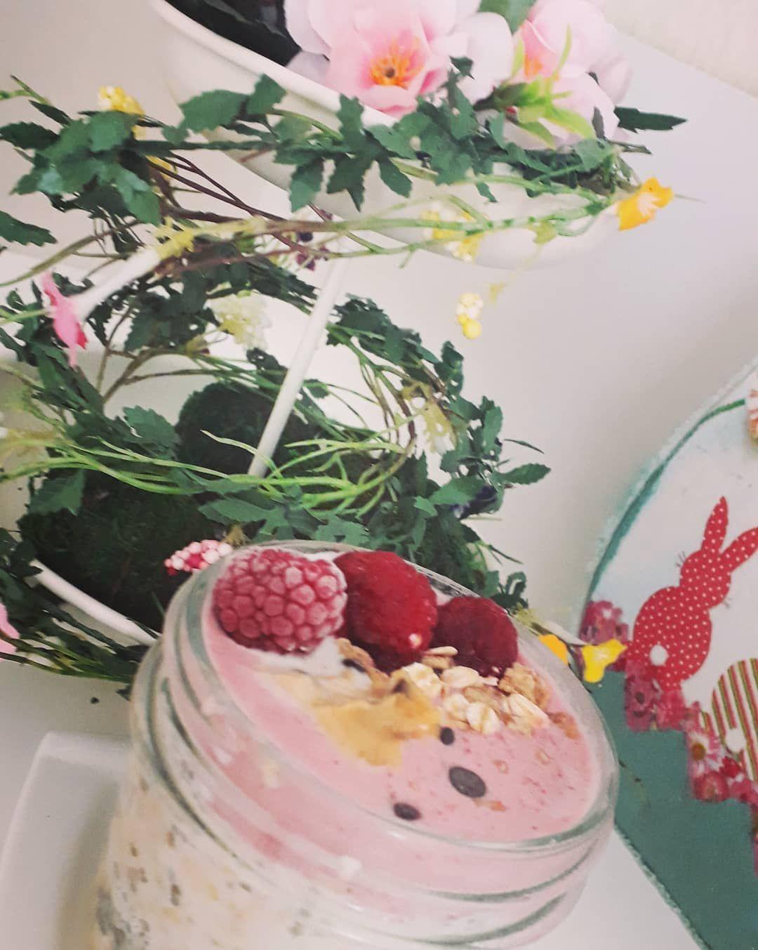 *Overnight oats 🌼* • • • #breakfastideas #breakfastfortwo #breakfastlover #breakfasttime #breakfast #veganmeals #veganrecipes #healtybreakfast #oats #overnightoats #berries #almondmilk #peanutbutter #startthedayright #mood #treatyoself