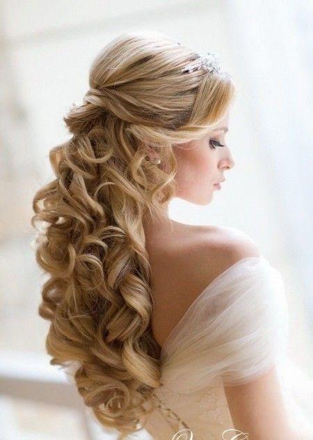 Acconciature capelli ricci lunghi semiraccolti