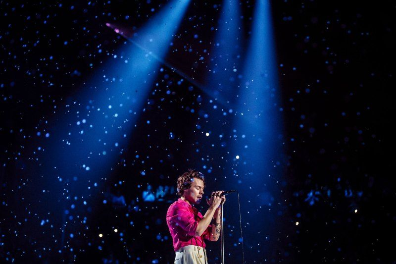 Harry Styles At The Forum In Los Angeles In 2020 Harry Styles Wallpaper Harry Styles Live Harry Styles Concert