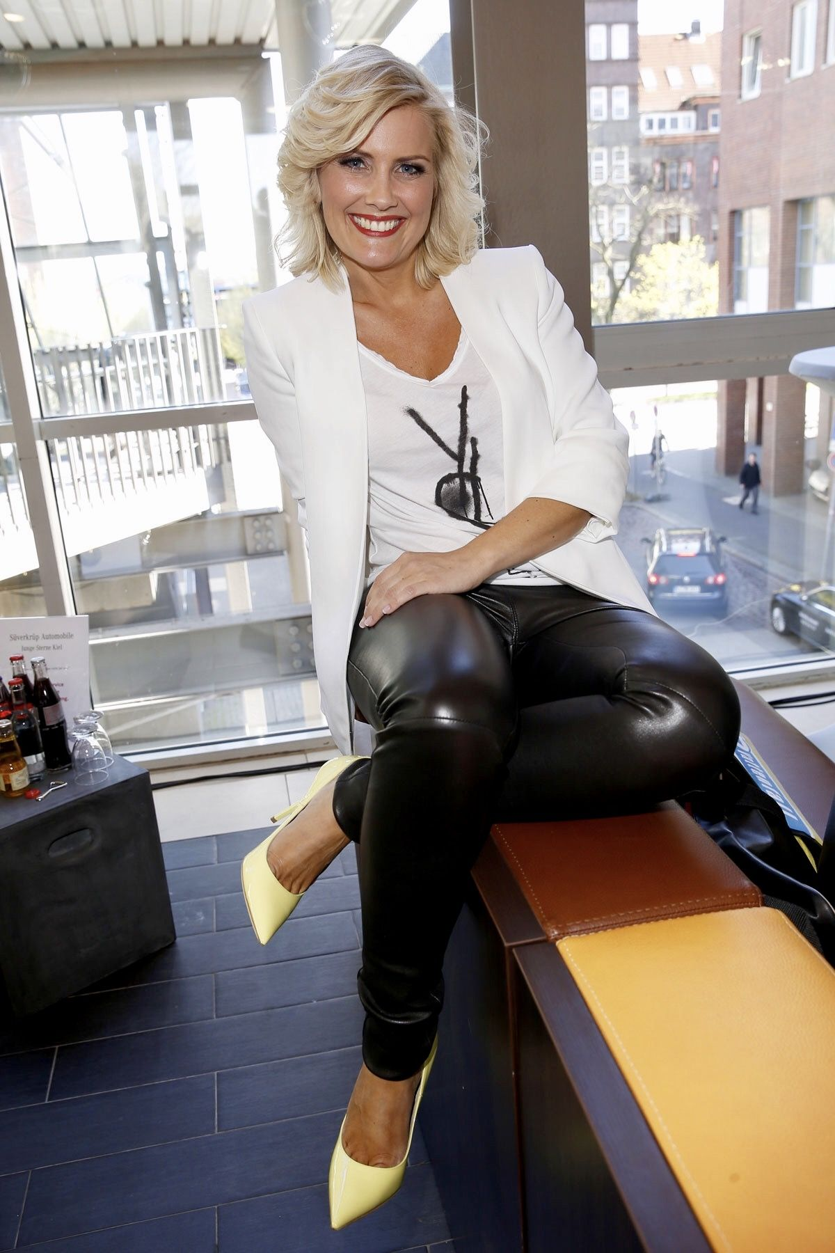 Mature pants blonde