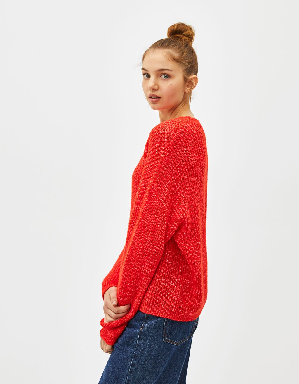 a73b872817ae Πλεκτό πουλόβερ με φαρδύ μανίκι. Ανακαλύψτε το μαζί με πολλά άλλα ρούχα στο  Bershka