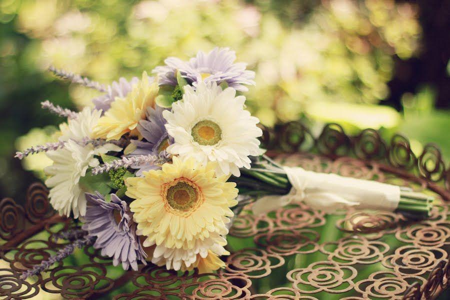 simple daisy bridal bouquet  http://thingsfestive.blogspot.com/2012/09/real-garden-wedding-in-lanesboro-mn.html