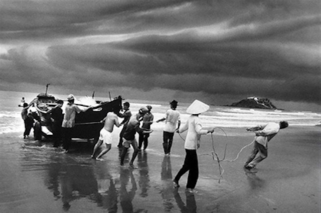 Sebastião Salgado: The Vietnamese Migration: the Beach of Vung Tau, 1995