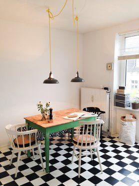 Moderne Küche im retro Stil und kariertem Diner Boden | Küche ...