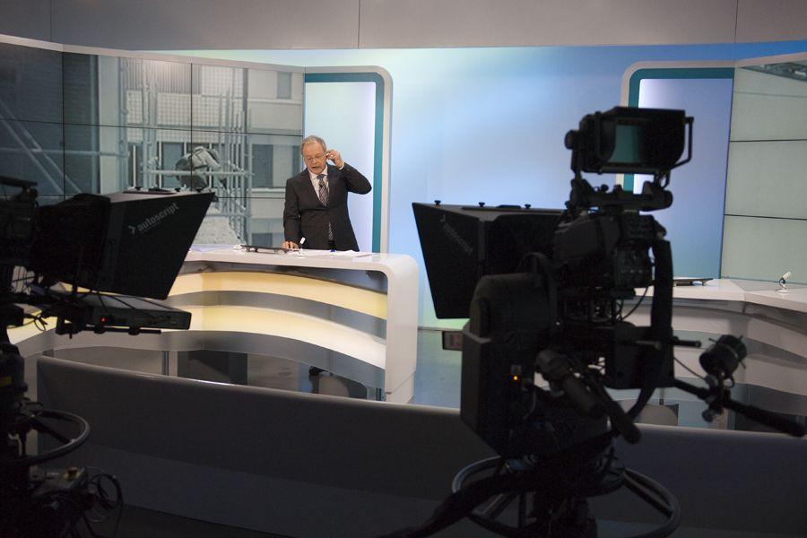 Yle Uutisten ilme uudistettiin keväällä 2013. Kuvassa Matti Rönkä valmiina aloittamaan lähetyksen uudistetussa studiossa.