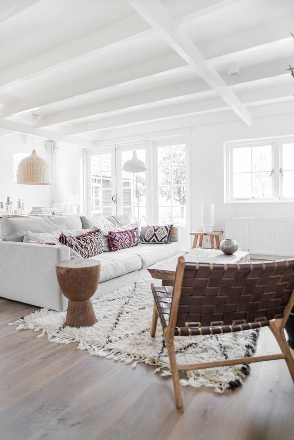 Een licht Nederlands huis met verschillende tinten hout - Roomed | roomed.nl