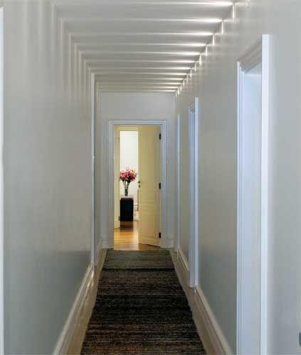 Lumin rias tipo arandelas instaladas bem no alto da parede for Para desarrollar un corredor estrecho