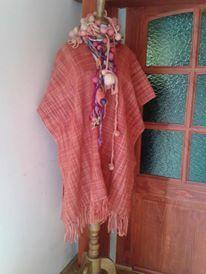 poncho tejido en telar María con lana 100% natural color coral