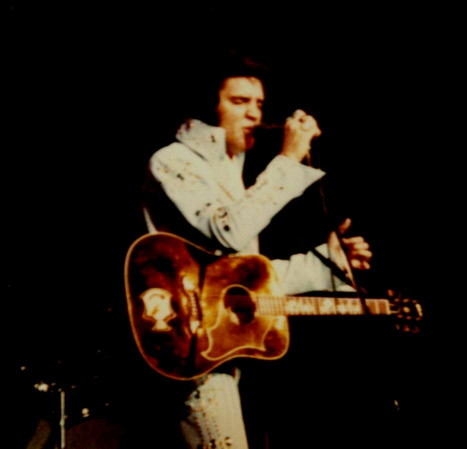 Rare picture of Elvis on stage in Honolulu ( Hawaii ) in november 18 1972