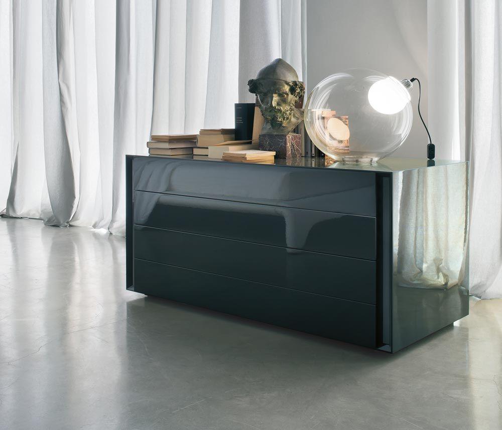 La cassettiera bassa Luna di Lema ha tre cassetti e un design minimale e sobrio. Disponibile in diversi colori e finiture.