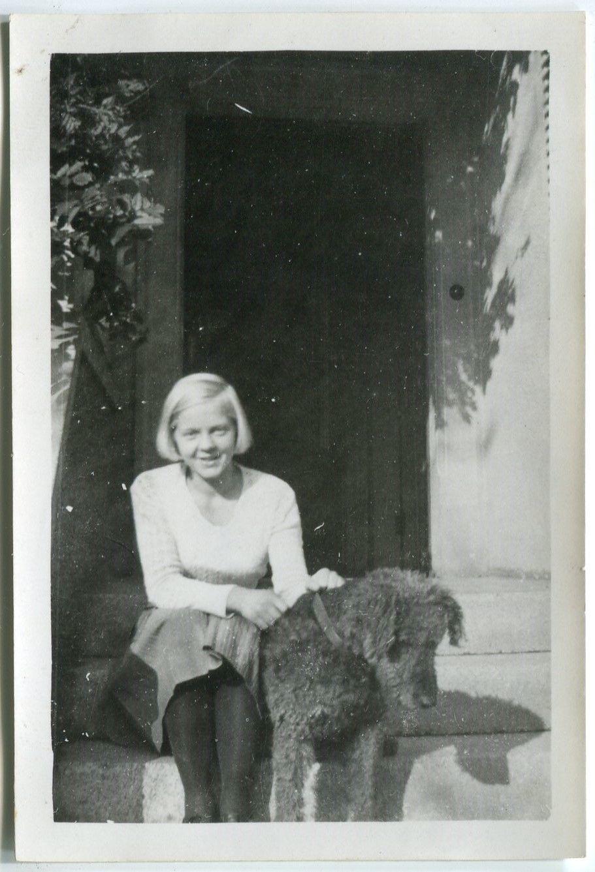 Foto junges blondes Mädel Gunborg mit Hund in WEHR