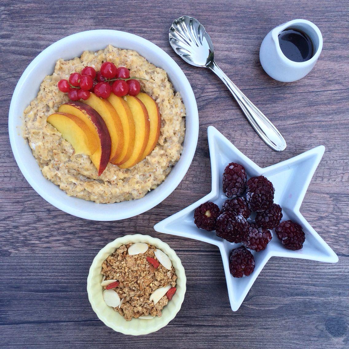 Avena a la vainilla con durazno y zarzaparrillas + algunas moras, granola y maple syrup... para mi :)  Más recetas e ideas saludables en http://instagram.com/minrebolledo  #healthy #fit #breakfast #brunch #oatmeal #star #saludable #desayuno #estrella #fruits