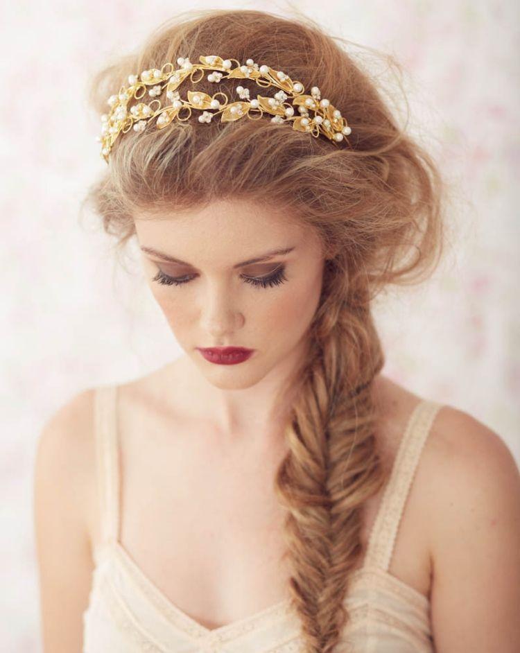 Braut haarband frisur  Fischgrätenzopf seltlich getragen, Messy Look und goldenes ...