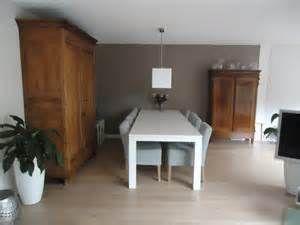Taupe Muur Woonkamer : Woonkamer met eettafel en taupe muur met mintgroene stoelen na