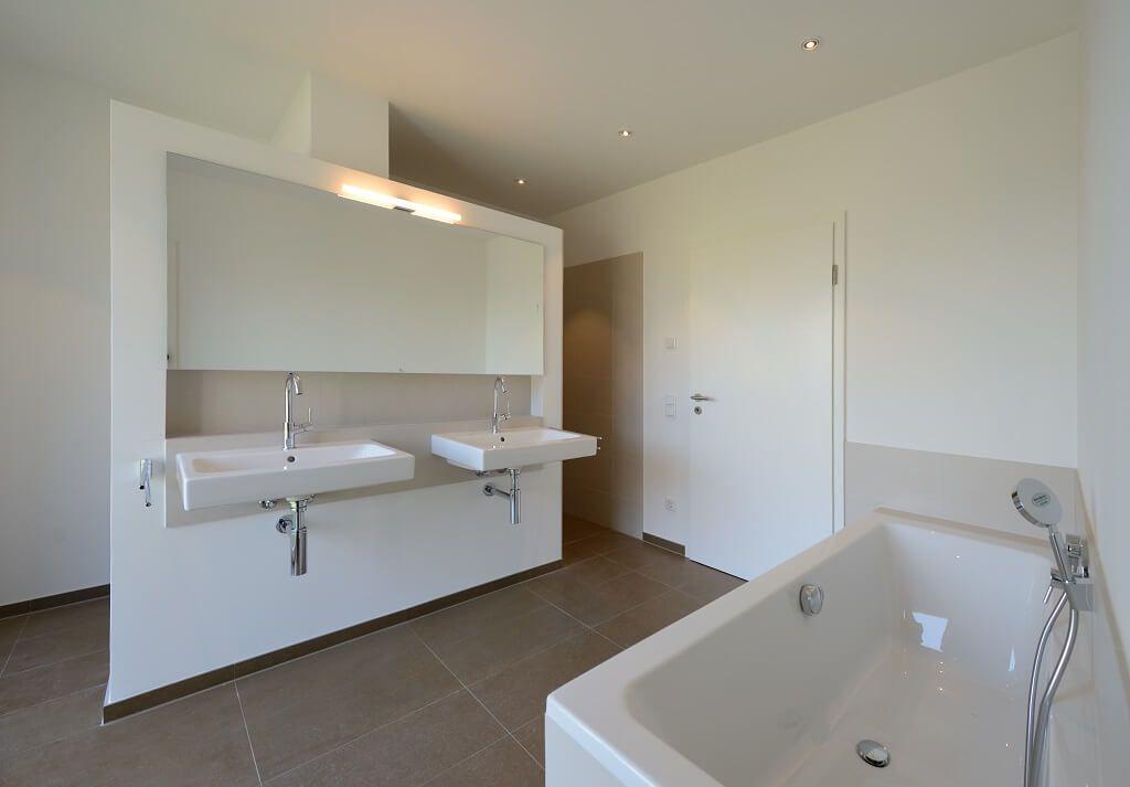 Badezimmer Minimalistisch Weiß Mit Großformat Bodenfliesen