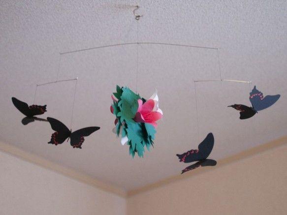 クロアゲハの4匹吊りです。ピンクと白のツツジ、そしてその周りを飛ぶクロアゲハです。落ち着いた色の黒いアゲハ蝶。そして2色のツツジは互いを引き立て合います。一見... ハンドメイド、手作り、手仕事品の通販・販売・購入ならCreema。