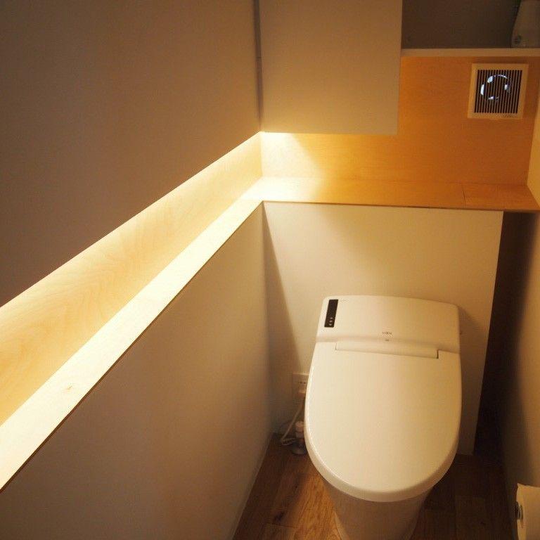 ニッチに間接照明 光源が頭上ではなく手元に近いので見やすい 右側の隙間は トイレブラシを置くスペース 少し彫り込んであるので ブラシは見えない トイレ電源用コンセントも この中に隠そうと思ったが 故障したときに 交換 修理が大変だと指摘を受け