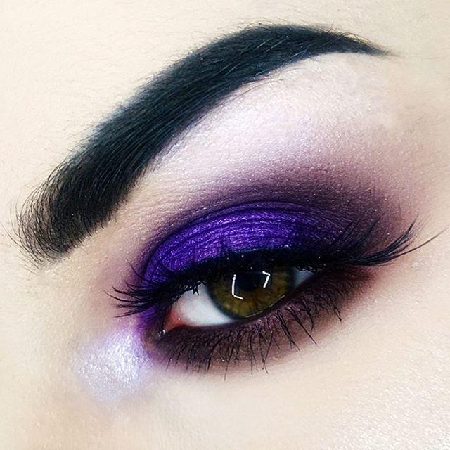 @suvabeauty BA eyeshadow  @makeupgeekcosmetics DRAMA QUEEN eyeshadow   @hudabeauty SCARLETT #8 false lashes  @sleekmakeup SOLSTICE highlight palette
