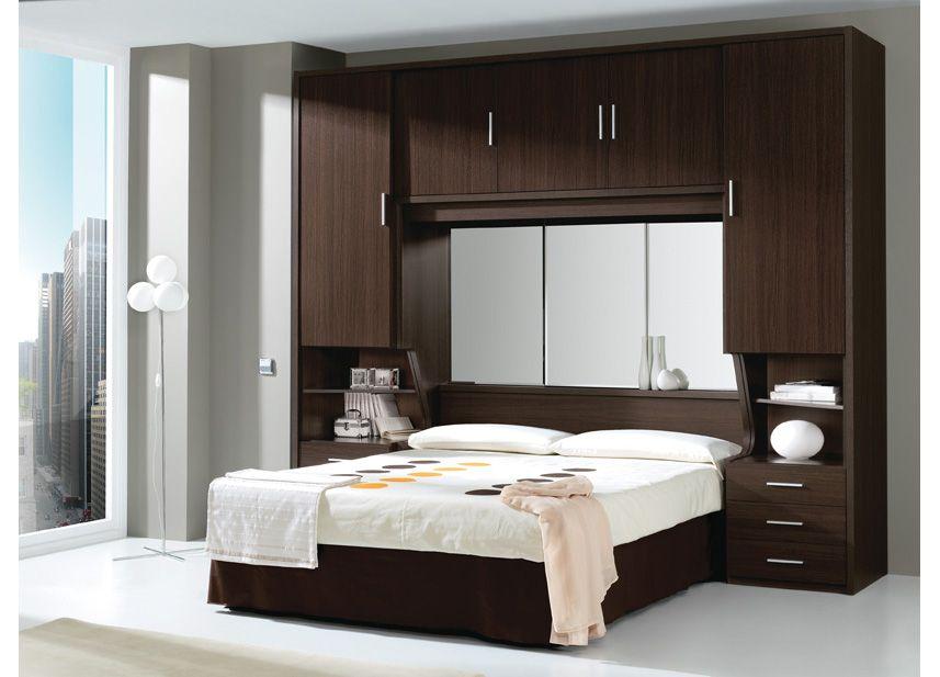dormitorio puente de matrimonio con espejo en cabecero y dos ingeniosas aberturas a los lados para