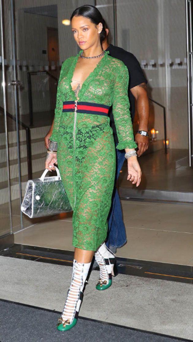 c0b7c43ba Rihanna ousou ao sair sem sutiã em um vestido transparente