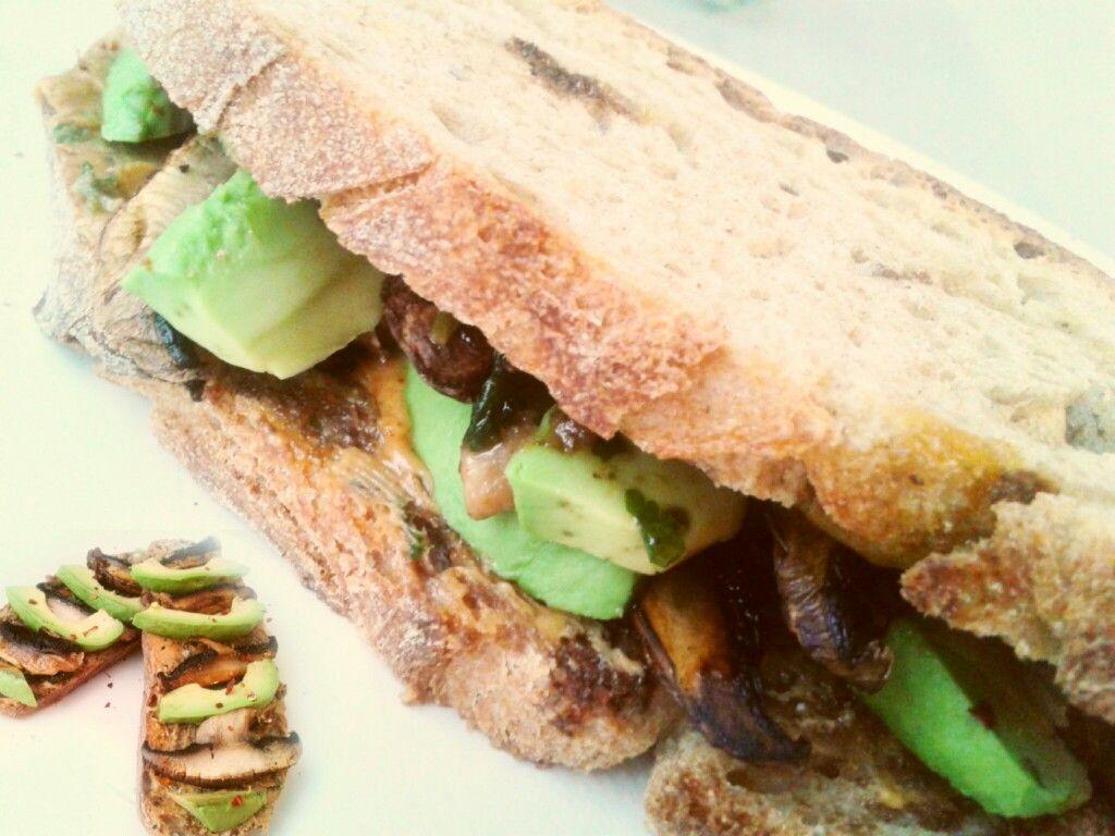 #pan #espelta #mantequillaDeManí #mielDeMaple y #picadillo de #cilantro #perejíl #ajo #pimenton #champiñon #aceiteDeOliva #albahaca #espinaca #parmesano #chiliSeco - #aguacate #champiñonPortobello - #veggie #sandwich