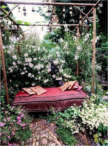 m rchenstimmung im garten das alte bettgestell nicht entsorgen sondern als ruheinsel in eine. Black Bedroom Furniture Sets. Home Design Ideas