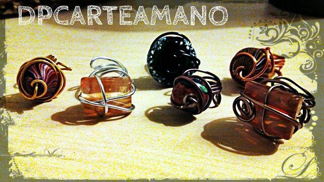 Anillos de alambre, acrílico, cristal y ceramica.