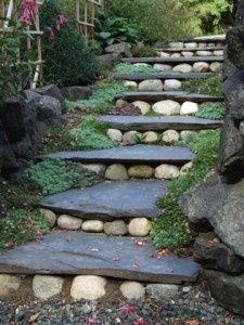 losas de pizarra y piedras de rio en las escaleras
