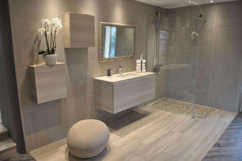 Salle de bain avec douche italienne et baignoire dans le for Petite salle de bain avec douche italienne et baignoire