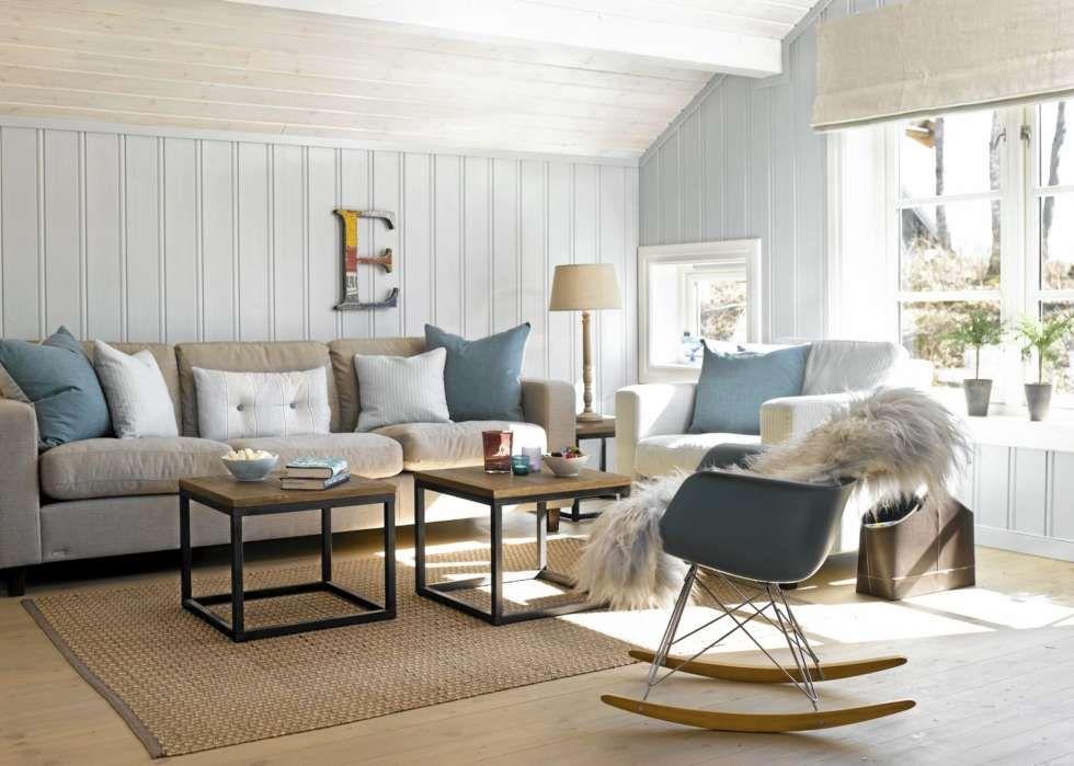 DUST OG HARMONISK: Den harmoniske fargebruken gir stuen et friskt og sommerlig uttrykk. Gyngestolen Rar fra Eames, og bokstaven på veggen, er spennende innslag i interiøret. Sofaen fra Brunstad heter Fantasy.