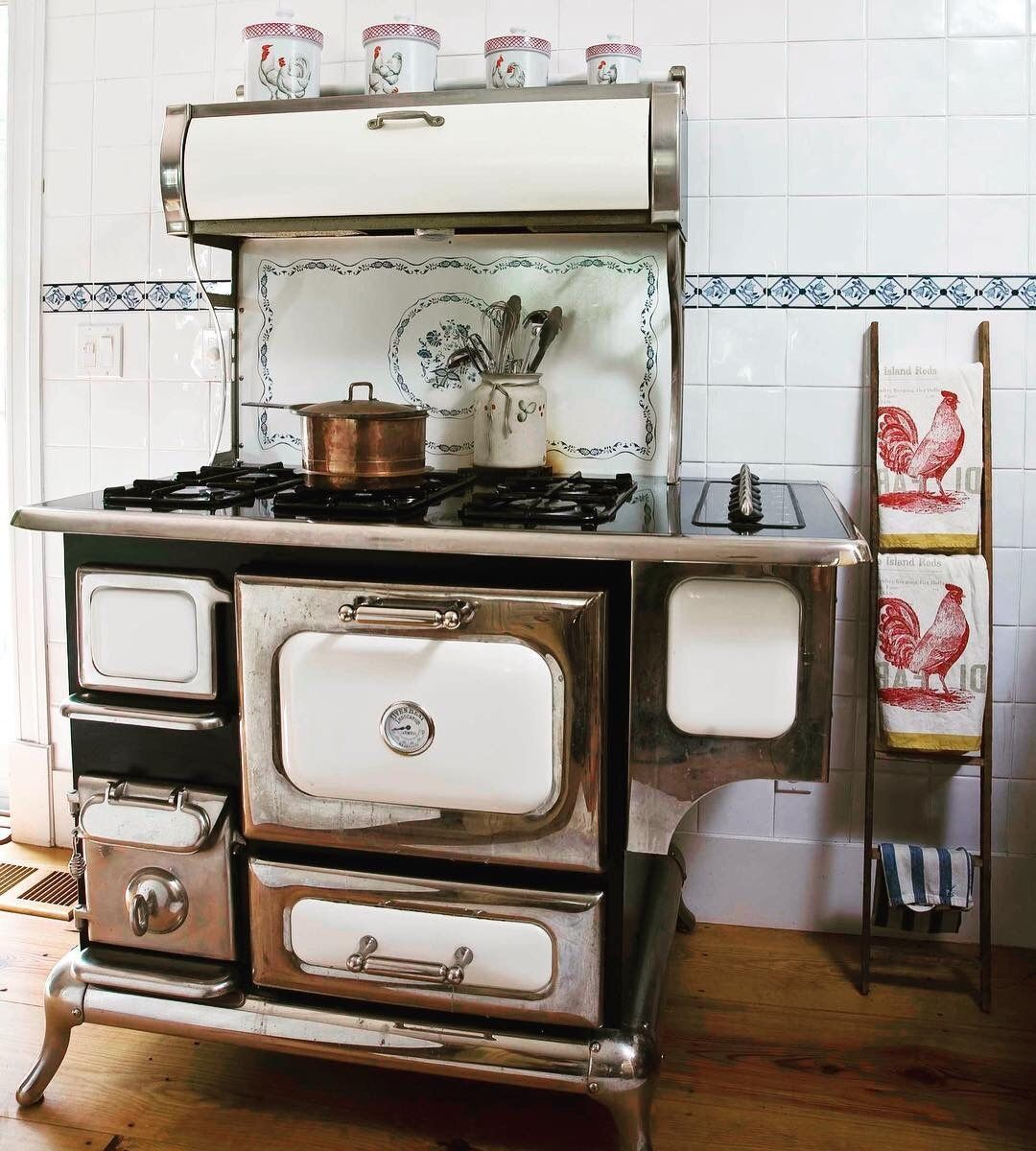 Delicieux Old Kitchen Stove, 1920s