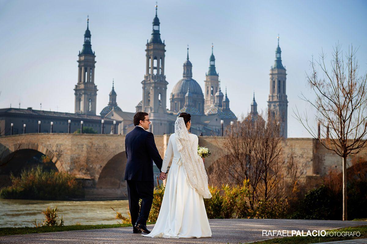 Matrimonio Catolico Zaragoza : Fotografía de boda con la basílica del pilar fotografia