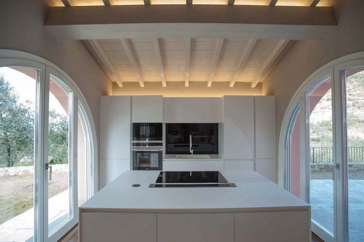 Minimalistische Einbauküche In Weiß Mit Indirekter Beleuchtung