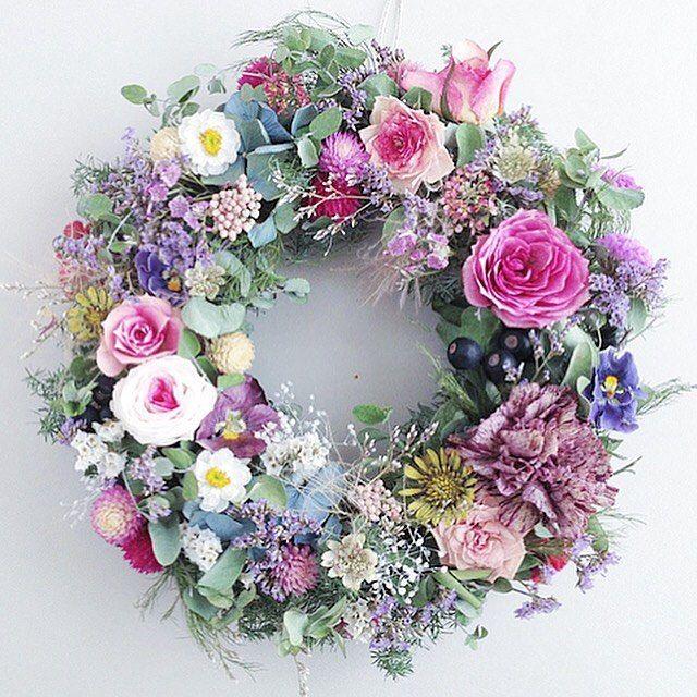 "525 Likes, 8 Comments - Natural Coeur (@naturalcoeur) on Instagram: ""・ 毎日寒いですが、お庭のミニローズは元気に咲いています。 その姿を見る度に励まされています。 ふんわりボリュームのあるリースに仕上げました。 ・ ・ ・ #flowerstagram…"""