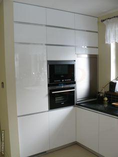 Mala Kuchnia W Bloku Zostala Tak Urzadzona Aby Wszystko Bylo Pod Reka Spokojne Barwy Bialy Szary I Niebieski Ozywiaja White Kitchen Home Decor Kitchen