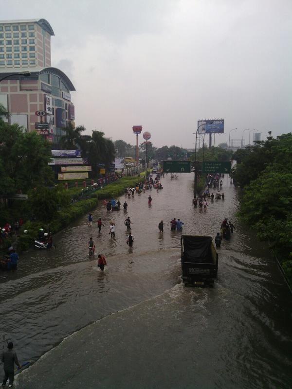 @fajaranarki  Grogol 10.16 banjir sedengkul, sbrg Ukrida lbh parah #JakartaBanjir