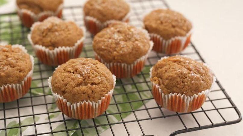 Como no me gusta mucho la mañana, intento tener siempre en el congelador opciones rápidas o snacks para el desayuno y no complicarme en las mañanas. Una de mis opciones favoritas son los muffins, especialmente cuando se preparan con frutas o verduras, harina integral y sin mucha azúcar. Y me gusta hacerlos en casa de cero. Prueba esta receta: te va a sorprender lo fácil que es y lo bien que estos muffins se descongelan.