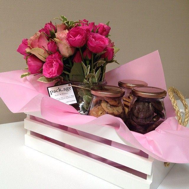 Jars Basket سلة خشبية تحتوي على على فازة ورد و ثلاث أنواع من البسكويت الطازج بنكهة الشوكولاتة و القرفة و الكوكيز Padgram Gift Wrapping Gifts Packaging