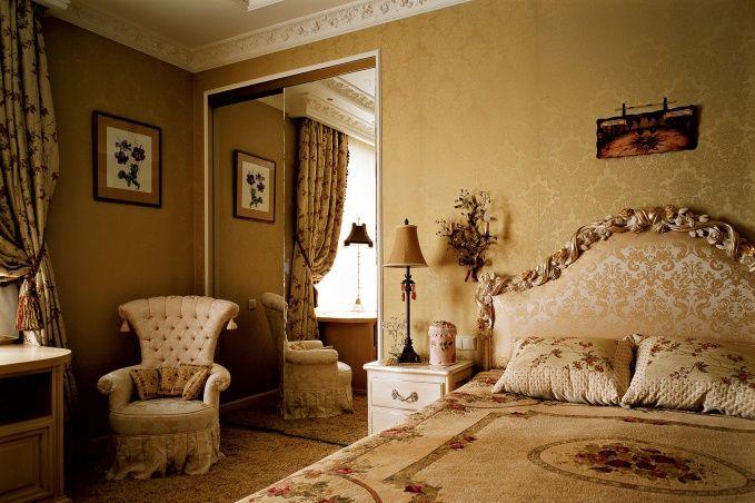 Интерьер одной из спален выдержан в кремово-сливочных тонах.