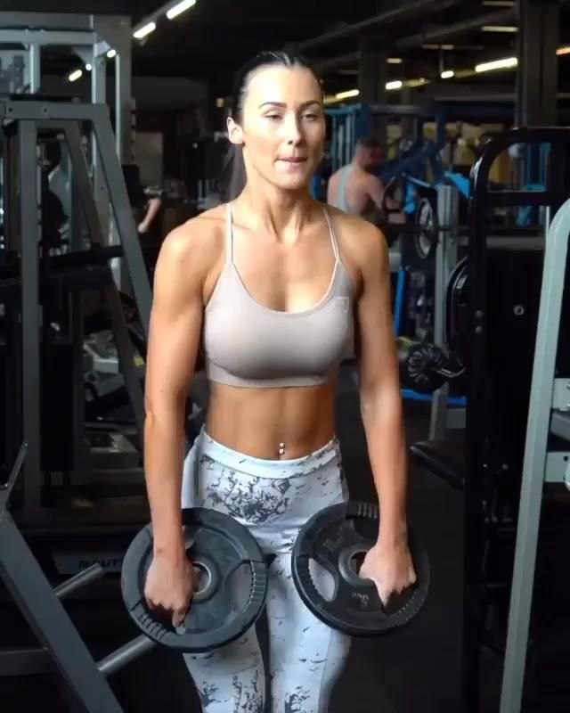 Build boulder shoulders with this upper body workout routine with weights #shoulder #armworkout #exe...
