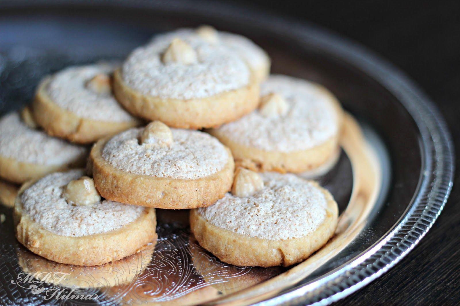 Mis recetas favoritas: Galletas de avellana  Hazelnuts Icebox cookies + hazulnut meringue... I have to try these tomorrow!